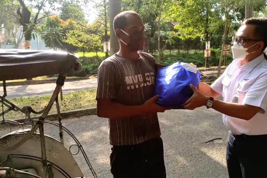ASDP Merak gandeng IJTI Cilegon bagikan sembako ke jalanan