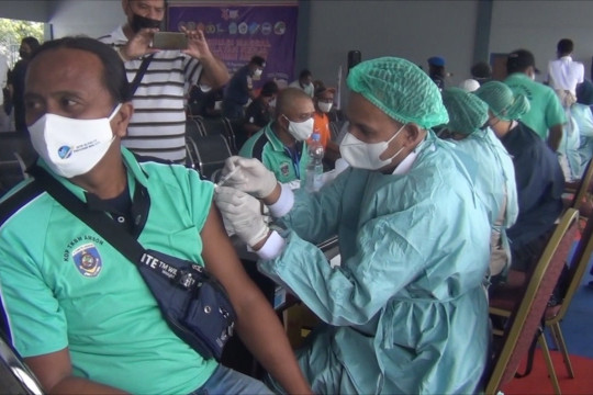 Pekerja dan buruh pelabuhan di Ambon terima suntikan vaksin