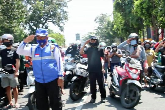 Indonesia Raya berkumandang, pengendara berhenti dan beri hormat