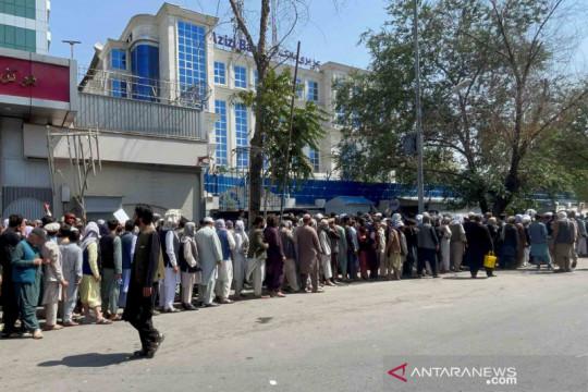 Warga Afganistan mulai mengantre di bank untuk tarik uang