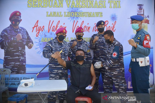 TNI AL vaksinasi COVID-19 warga pesisir Aceh di Lhokseumawe