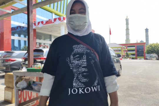 Dua pedagang di Kota Bandarlampung dapatkan kaus bergambar Jokowi