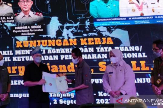 Wamen ATR serahkan sertifikat lahan kampung tua Batam