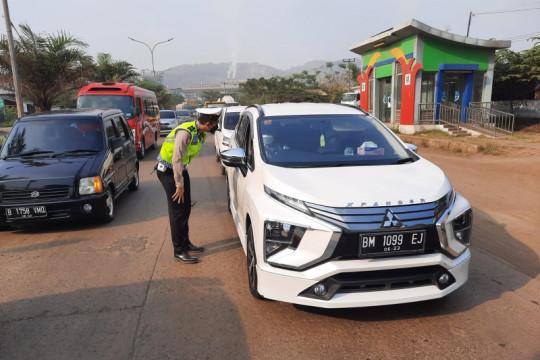 Polda Banten sekat kendaraan menuju Pantai Anyer