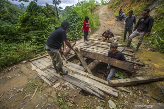 Perbaikan jalan antar desa di Kalsel