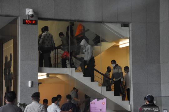 KPK menahan 17 tersangka kasus suap jabatan kades Pemkab Probolinggo