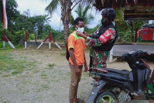 Cegah COVID-19, Satgas TNI bagikan masker untuk warga perbatasan
