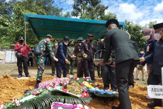 Sertu Anumerta Ambrosius dimakamkan di TMP Kusumalaya Nanga Merakai