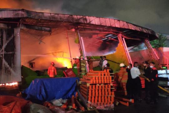 20 unit damkar dikerahkan padamkan kebakaran gudang di Sunter Agung