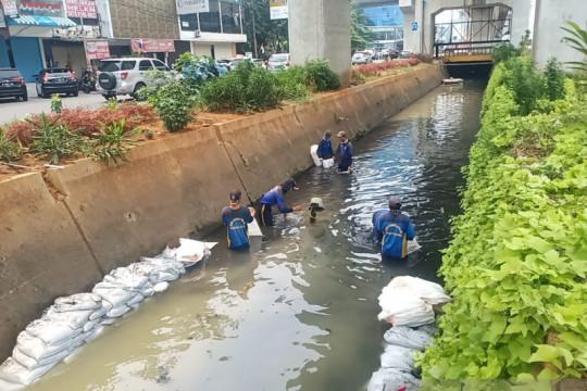 Pemkot Jakpus intensifkan pekerjaan pengerukan saluran cegah banjir