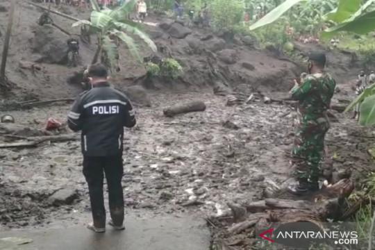 Lumpur tebal dan batuan longsor persulit pencarian korban banjir Ngada