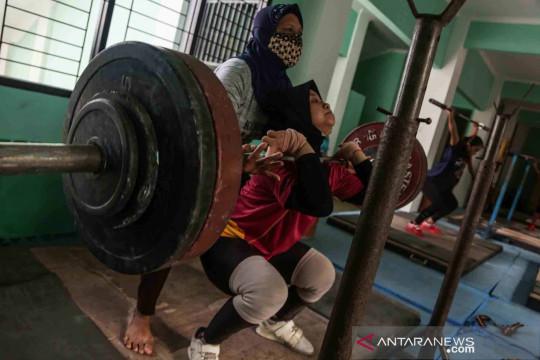 Latihan atlet angkat besi Kalimantan Selatan jelang PON XX Papua