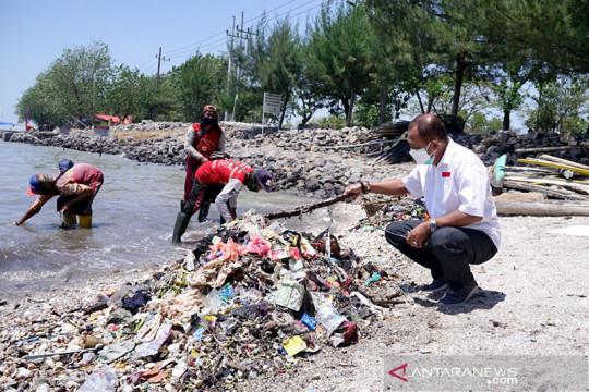 Wawali ajak warga bersihkan sampah di Pantai Kenjeran Surabaya