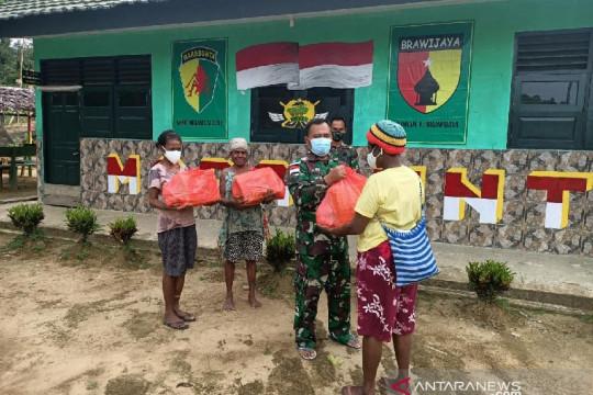 Satgas TNI bagi sembako untuk warga Papua di perbatasan