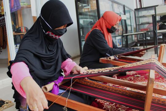 Menyulam asa para wanita perajin dalam balutan Tapis Lampung