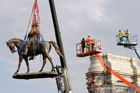 Pemindahan patung ikon Konfederasi Jenderal Robert E. Lee