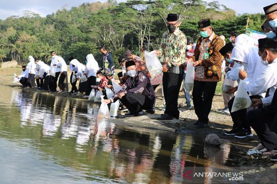 Sembilan pasangan calon pengantin di Kulon Progo tebar ikan di Sermo