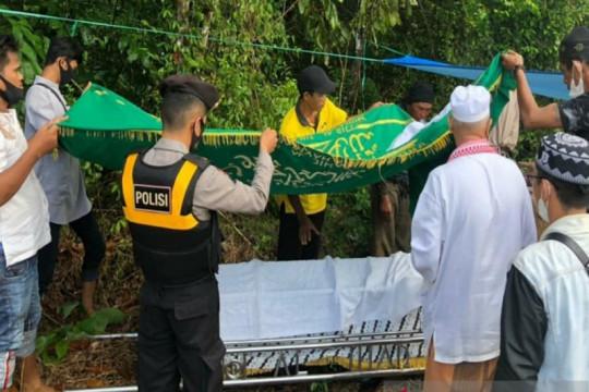 Samapta Polda Kalsel membantu pengawalan mobil jenazah saat pandemi