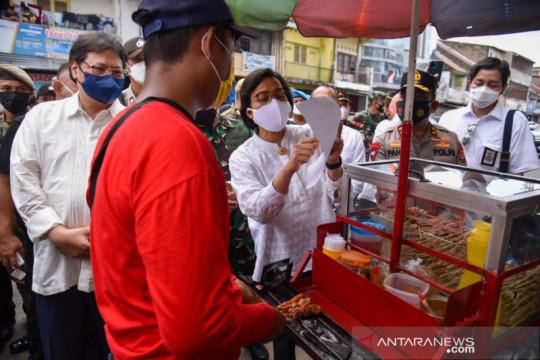 Dua menteri serahkan bantuan tunai untuk PKL di Medan