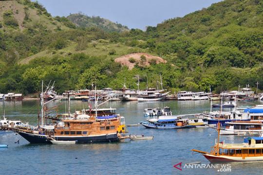 Kapal wisata mengangkut puluhan wisatawan terbakar di Labuan Bajo