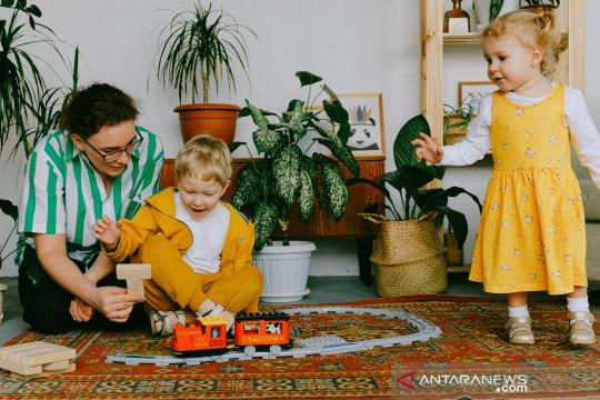 Kiat bagi orang tua bagi waktu main dengan anak saat WFH