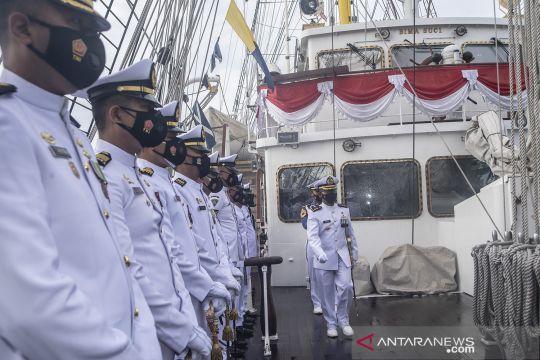 Upacara HUT Ke-76 TNI  AL  di KRI Bima Suci
