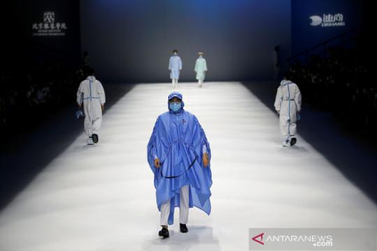 Busana medis, perawat dan APD ditampilkan dalam China Fashion Week