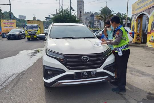 Petugas temukan 10 pelat nomor kendaraan palsu di Puncak