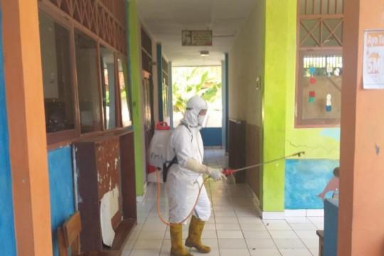 PMI Kepulauan Seribu bantu semprotkan disinfektan di sekolah