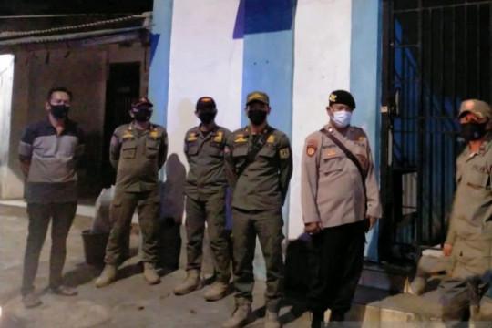 Satpol PP dan Polisi patroli di Kecamatan Makasar Jakarta Timur