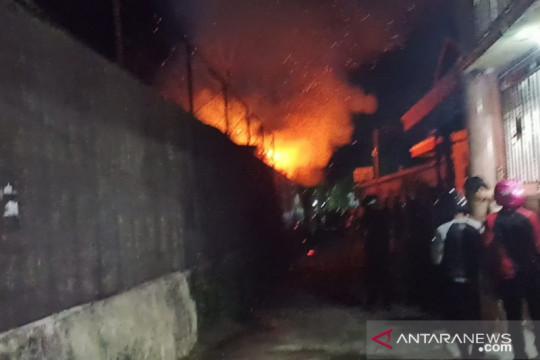 Sebuah gudang semi permanen terbakar di Tarakan