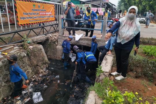 Antisipasi banjir, Pemkot Jakbar keruk lumpur di PHB Utan Jati