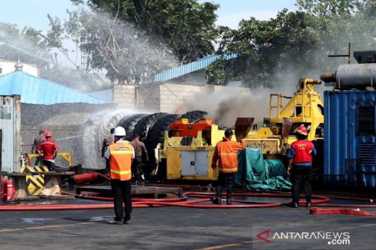 Asap di Terminal Petikemas Tanjung Priok dari ban bekas yang terbakar
