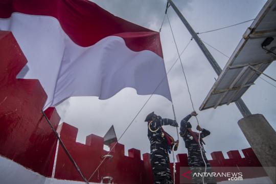 Pengibaran bendera merah putih di mercusuar Ambalat