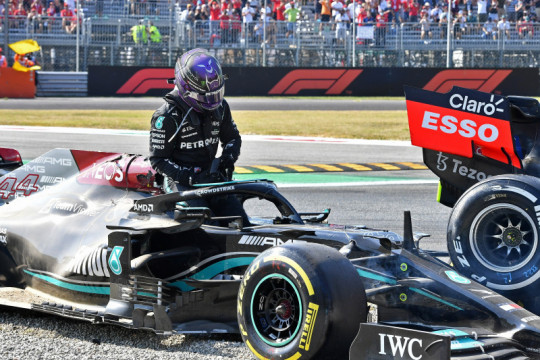 "Hamilton diselamatkan ""halo"" saat tabrakan dengan Verstappen di Monza"