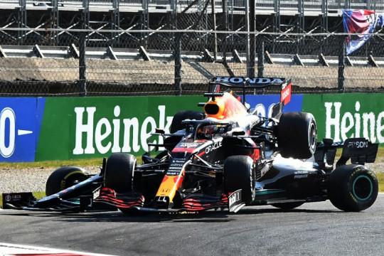 Verstappen diganjar penalti karena tabrakan dengan Hamilton di Monza