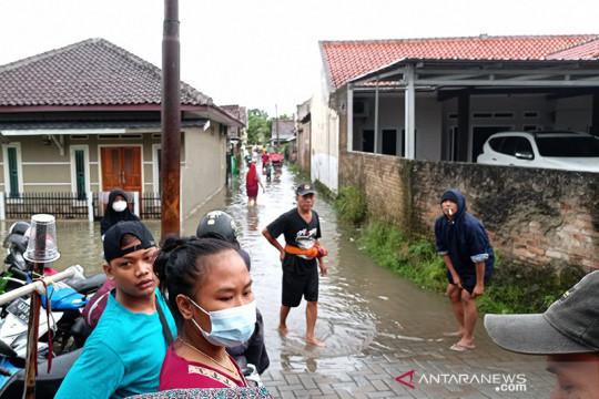 BPBD Lebak mengevakuasi warga yang rumahnya kebanjiran