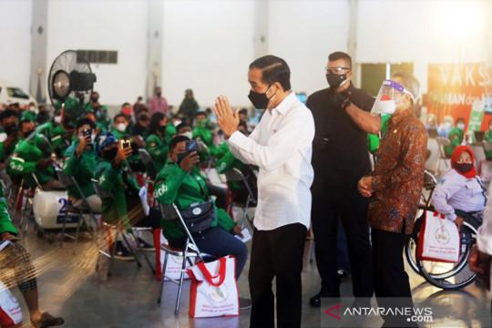 Presiden Jokowi tinjau pusat vaksinasi Grab yang ramah disabilitas