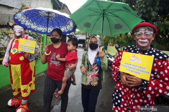 Aksi badut mengajak warga untuk vaksinasi COVID-19