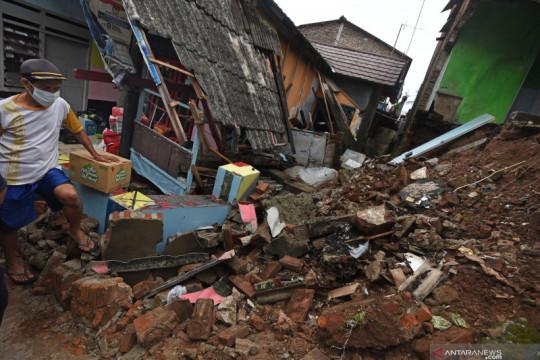 Rumah roboh akibat angin kencang dan hujan lebat di Banten