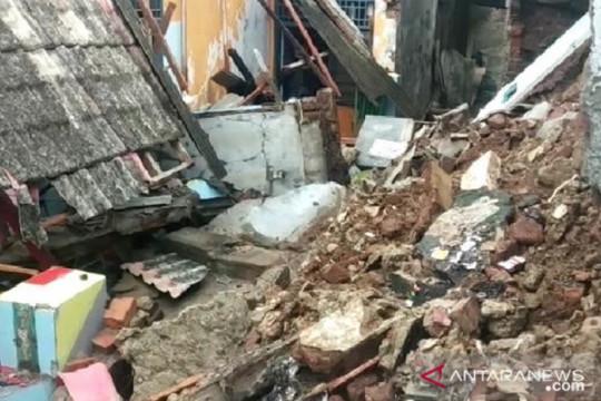 Banjir disertai angin di Kota Serang sebabkan longsor dan rumah roboh