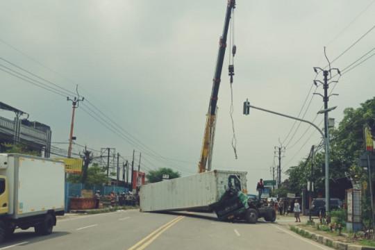 Truk kontainer terguling tutupi jalan Serang-Tangerang km 21