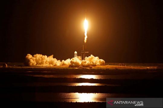 Peluncuran roket SpaceX Falcon 9