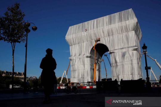 Arc de Triomphe berselimut kain daur ulang