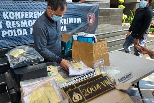 Polda Metro tangkap tiga penipu bermodus pembuatan plat nomor dinas