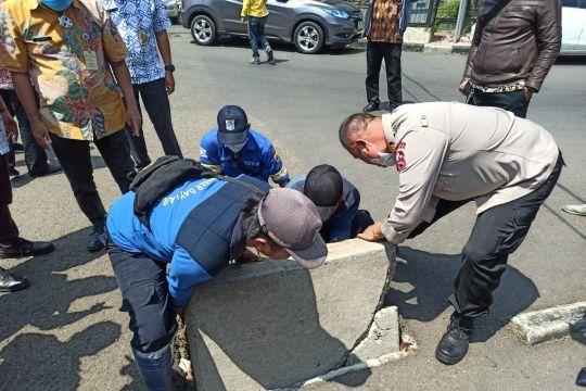 Sudin SDA Jaksel benahi saluran air di wilayah rawan genangan