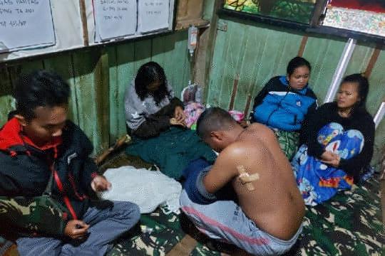 Aparat keamanan dan warga di Kiwirok evakuasi nakes, seorang meninggal