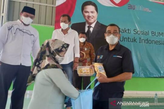 Kementerian BUMN serahkan bansos sembako untuk warga Pangkalpinang