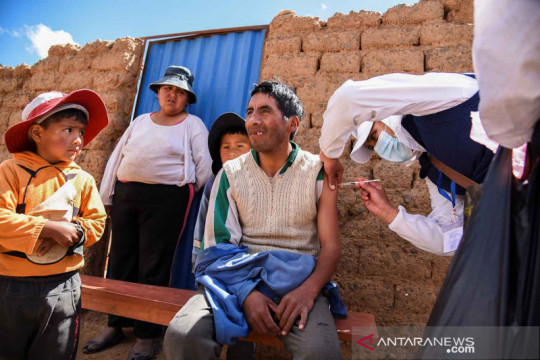 "Sosialisasi dan vaksinasi COVID-19 ""door to door"" di Bolivia"