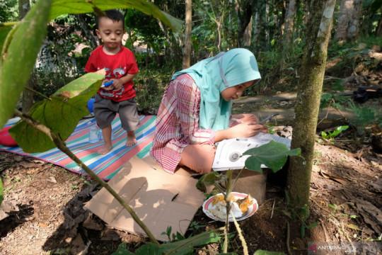 Terpaksa belajar di perkebunan secara daring karena sulit jaringan internet
